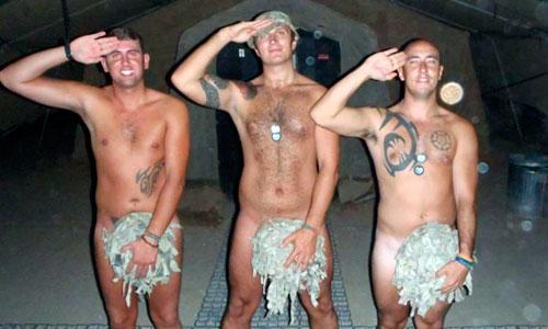Los compañeros del príncipe Harry se desnudan para apoyarle