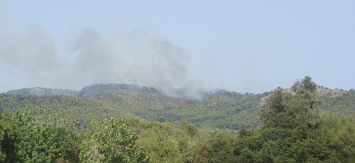 Los vecinos de S'Heretat vuelven a sus casas pero el fuego sigue activo