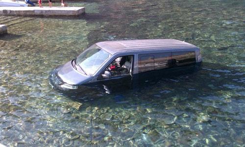 Una furgoneta acaba dentro del mar en el Puerto de Valldemossa