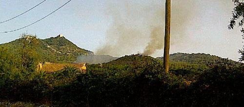 El fuego de Es Capdellà sigue activo y obliga a desalojar varias viviendas