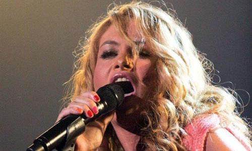 Paulina Rubio se desmaya en pleno concierto