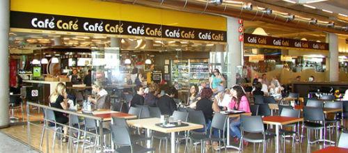 Los bares del aeropuerto funcionan a medio gas por una huelga
