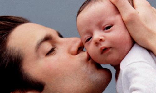 El nuevo permiso de paternidad se retrasa