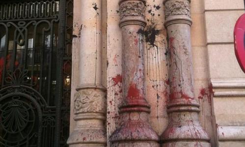 La fachada del Parlament, manchada