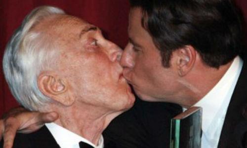 Travolta quiere demostrar que no es gay
