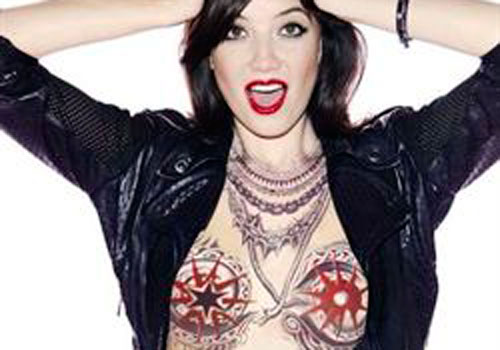Dasy Lowe, desnuda y tatuada para Coca-Cola