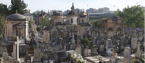 Cort habilita aparcamientos gratuitos para acudir al cementerio