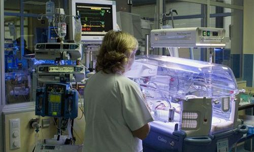 El coste de tratar los niños prematuros es de los más elevados