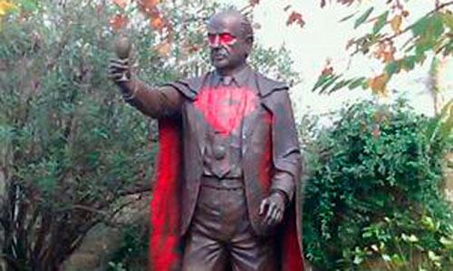La estatua de Fraga amanece convertida en