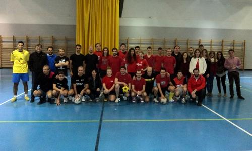 Los socialistas juegan un partido de fútbol solidario