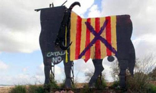 Independentistas cortan los cuernos al toro mallorquín de Osborne