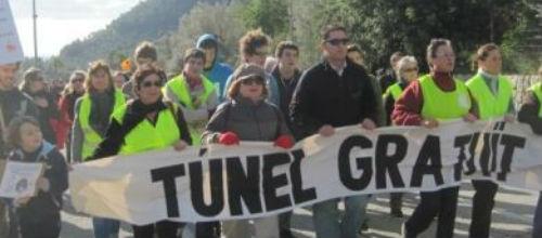 Unas 300 personas participan en una marcha hacia el t�nel de S�ller