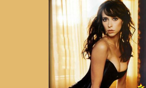 Mucho erotismo en la nueva serie de Jennifer Love Hewitt