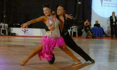 Ochenta parejas participan en el trofeo de baile deportivo