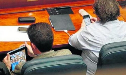 Multa de 300€ a dos diputados por jugar a 'Apalabrados' en un pleno