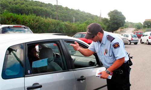 La Policía controla los sistemas de retención infantil en los coches