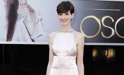 Anne Hathaway pide disculpas por el vestido que llevó en los Oscar