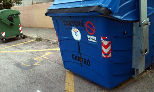 Calvià 2000 pone contenedores en plazas de minusválidos