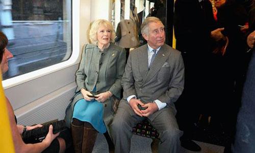 Carlos de Inglaterra se vuelve a montar en el metro 27 años después