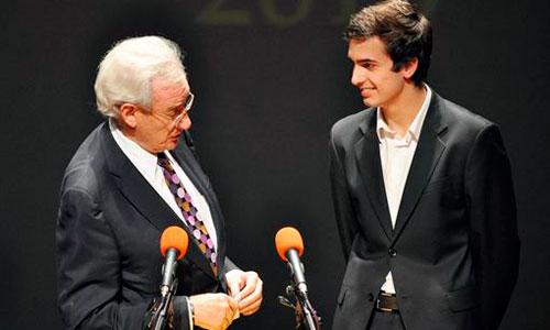 El hijo de Concha García Campoy recoge un premio por su madre