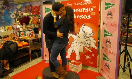 Concurso de besos en El Corte Inglés de Palma