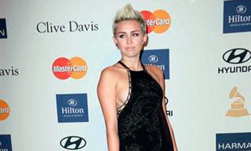 La CBS llama la atención a Miley Cyrus por su provocativo vestido