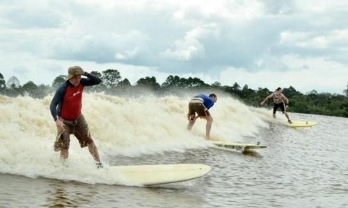 Un surfista cabalga sobre una ola durante 20 km
