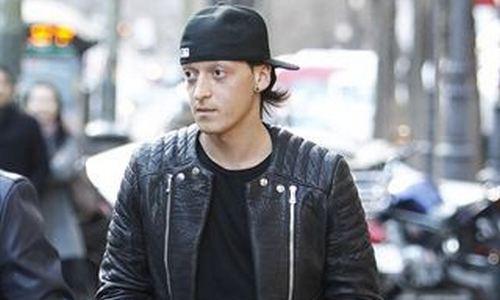 Özil se suma a la lista de futbolistas que cometen infracciones al volante