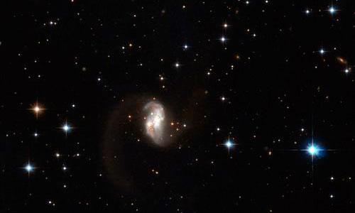 Hubble capta una galaxia con forma de gusano