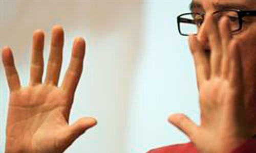 Un guante traduce la lengua de signos en audio