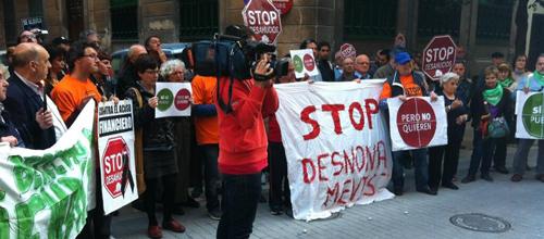 100 personas se concentran ante la sede del PP contra los desahucios