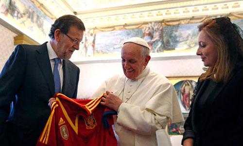 Rajoy le regala al papa Francisco una camiseta de
