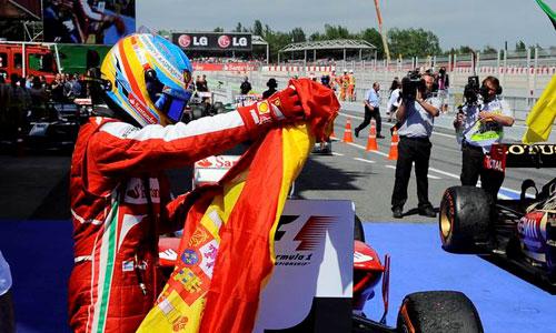 La FIA llama a declarar a Alonso por recoger una bandera de España