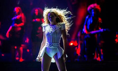 Beyoncé expulsa a un fan de un concierto por tocarle el culo