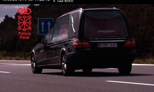 Cazan a un coche fúnebre a 199 kilómetros por hora