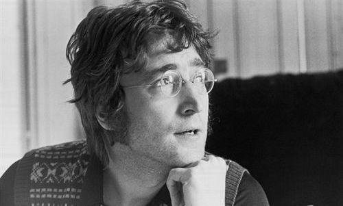 El primer coche de John Lennon, a subasta