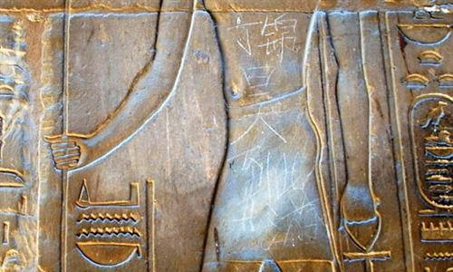 Un niño chino pinta en una escultura de 3.500 años
