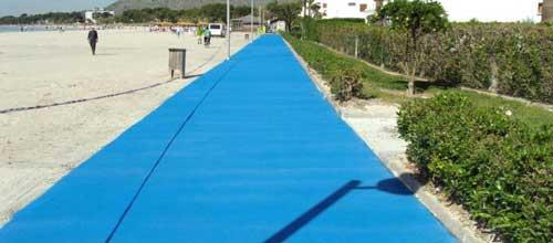 Alcudia pinta su playa de azul