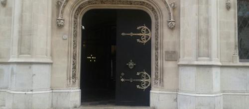 Las puertas del Consell están a medio abrir en memoria de Joan Verger