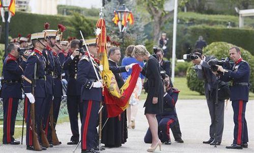 Simoneta Gómez Acebo jura bandera ante la mirada de los Príncipes