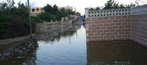 Una rotura de tubería de Emaya inunda una calle de Son Gallard