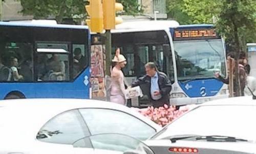 Atado semidesnudo en un semáforo de las Avenidas