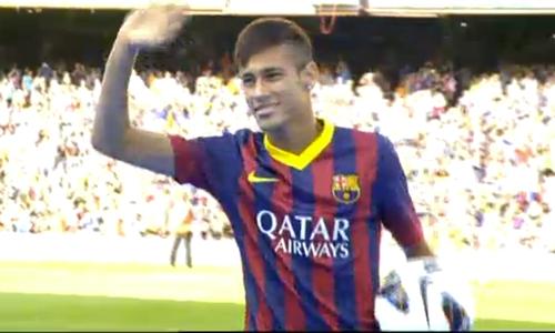 Más de 50.000 aficionados reciben a Neymar en el Camp Nou