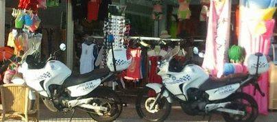 La Policía halla material ilegal en todos los comercios registrados