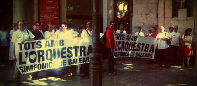 Los músicos de la Simfònica se manifiestan frente al Teatre Principal
