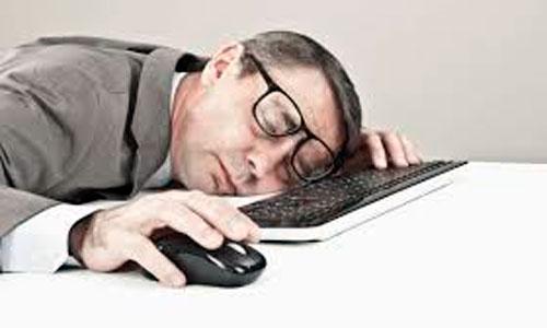 Se duerme sobre el teclado y transfiere 222 millones