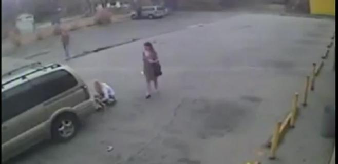 Atropella a un bebé y se lo lleva a rastras