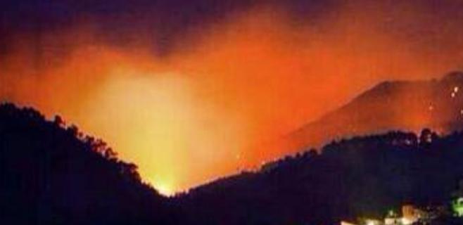 El incendio de Andratx continúa activo tras una noche complicada