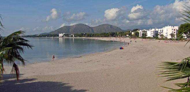 Activan la alerta por manchas de alquitrán en la bahía de Alcudia