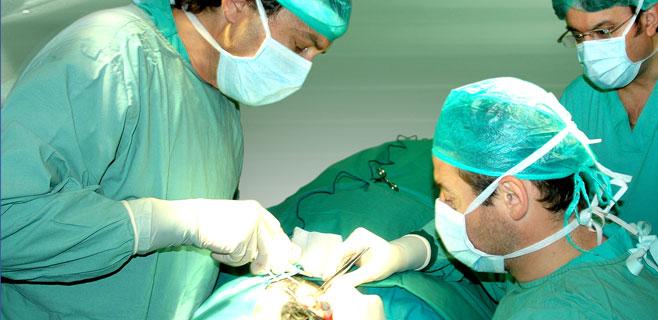 Un cirujano roba la heroína ingerida por un paciente